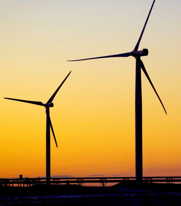 Tuulitukihakemusten tulva ruuhkautti Energiaviraston. Hakemusten määrä ylitti tukikiintiön jo tiistaina. On epävarmaa, ehtivätkö hallitus ja eduskunta enää nipistää kiintiötä kuten oli tarkoitus.