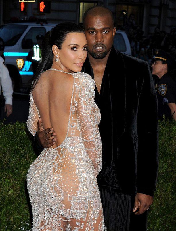 Kardashianin takamus on yksi maailman tunnetuimmista. Vieressä aviomies Kanye West.