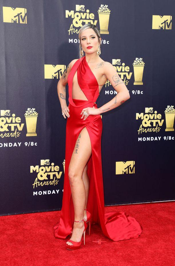 Laulaja Halsey nähtiin punaisella matolla punaisessa.