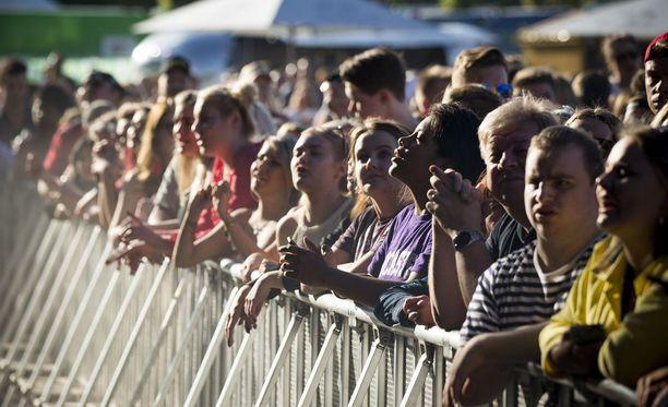 Yleisö katsomassa Sannin keikkaa perjantaina Ruisrockissa.