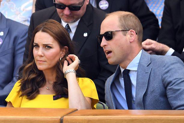 Kate asettelee hiuksensa niin, ettei hänen iso arpensa paljastuisi.