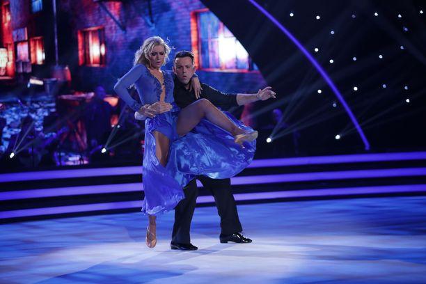 Jopa Kia Lehmuskosken mekko repesi Timo Lavikaisen kanssa tanssiessa.