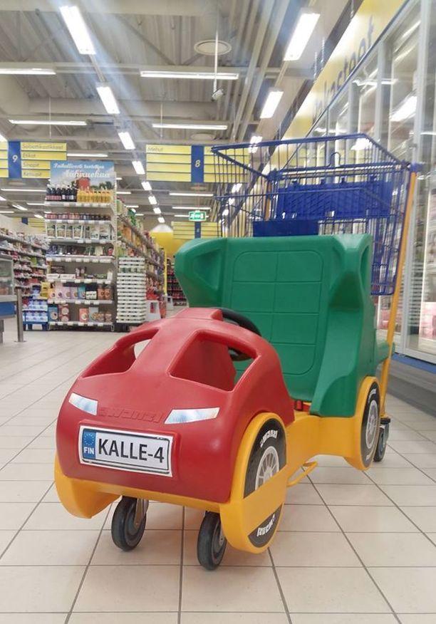 Kalle toivoi S-market Idänpäähän uusia autokärryjä vanhojen ja niin kovin hitaiden kärryjen tilalle. Uudet tilattiin 4-vuotiaan suunnitelmapiirroksen perusteella.