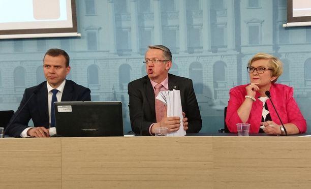 Peruspalveluministeri Juha Rehula (kesk) esitteli 600 sivuista nivaskaa, jossa on sote- ja maakuntauudistuksen lakiluonnokset. Vasemmalla valtiovarainministeri Petteri Orpo (kok) ja oikealla kunta- ja uudistusministeri Anu Vehviläinen (kesk).