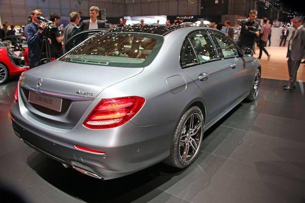 Isot sedanit menevä edustusautoiksi ja taksiin kuten uusi E-sarjan Mercedes.