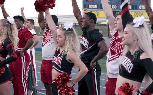 Näkökulma: Cheer on Netflixin yllättävä supermenestys – dokumenttisarja paljastaa karun totuuden jenkkien suosikkilajista