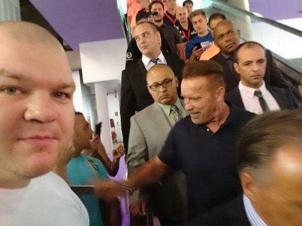 Jari Saario sai itselleen selfie-kuvan suositusta Arnold Schwarzeneggerista.