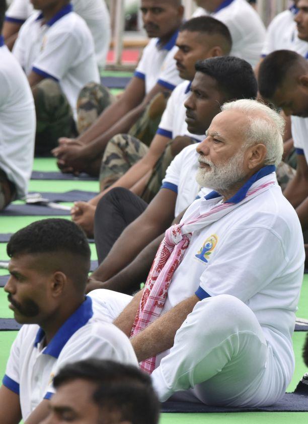 Intian pääministeri Narendra Modi (oik.) joogasi 21. kesäkuuta 2019.