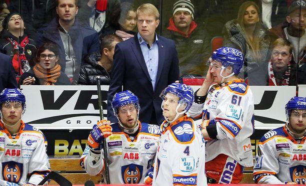 Pirun mielestä Jukka Rautakorpi on vähän jöröjukkamainen mutta sisimmiltään kiltti. Enkelin mielestä hän valmentaa Tapparan mestariksi.