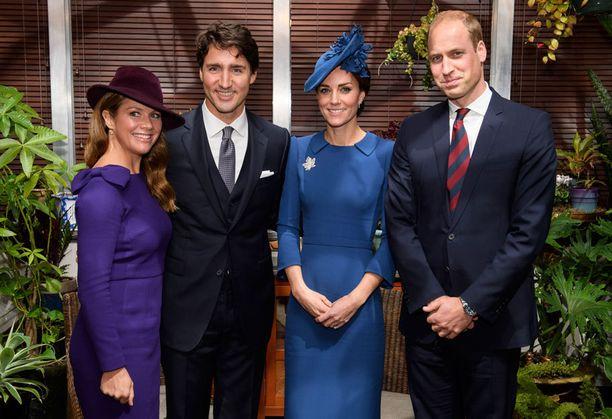 Kanadan pääministeri Justin Trudeau (toinen vas.) kestitsi Britannian kruununprinssiä perheineen viime viikolla.
