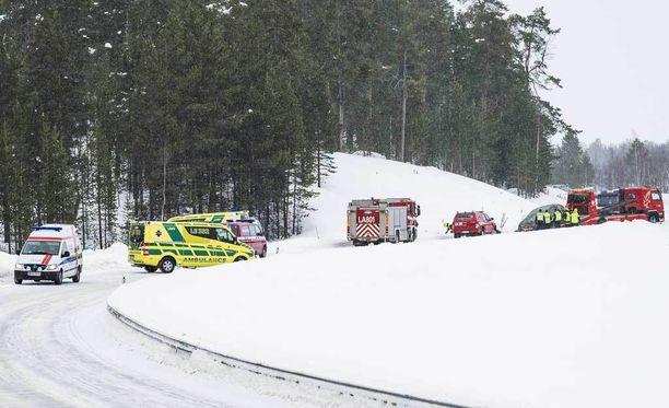 Onnettomuus tapahtui lauantaina aamupäivällä Inarinjärventiellä, noin 10 kilometriä Ivalosta pohjoiseen.