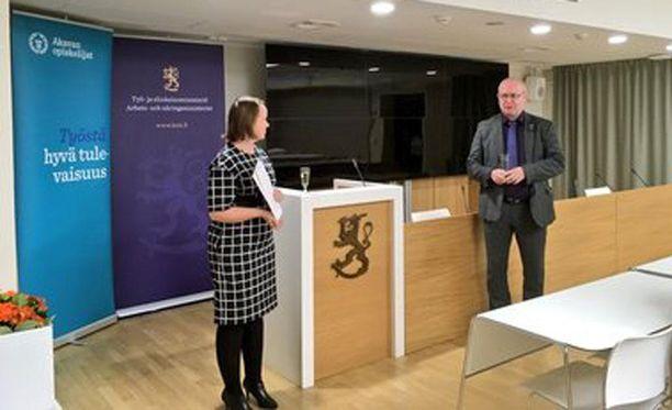 Valintaraatia johti toimi oikeus- ja työministeri Jari Lindström. Kuvassa myös Akavan opiskelijoiden puheenjohtaja Henna Hirvonen.