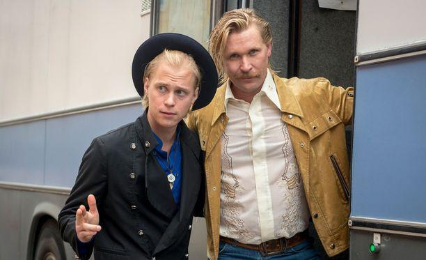 Matti Ristinen (oikealla) poseeraa yhdessä parikymppistä Kari Tapiota esittävän Tatu Sinisalon kanssa.