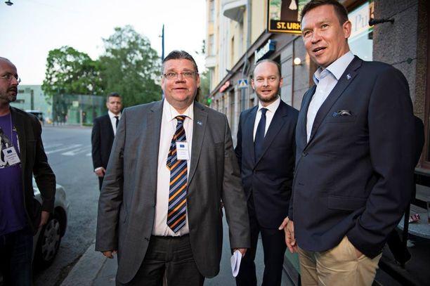 Puheenjohtaja Timo Soini (ps) esitteli tiistaina leikkauksia, joista poliisit hermostuivat. Puolueen kansanedustaja Tom Packalén sanoo, että ne osuvat kohtuuttomasti paljon vuorotyötä tekeviin poliiseihin.