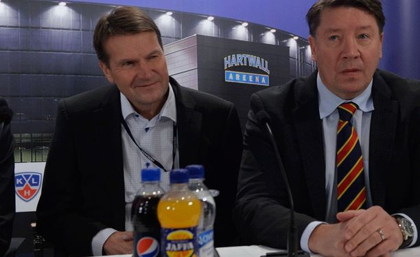 Maajoukkueen miehet pitävät yhtä. GM Jari Kurri palkkasi Erkka Westerlundin Jokerien palvelukseen.