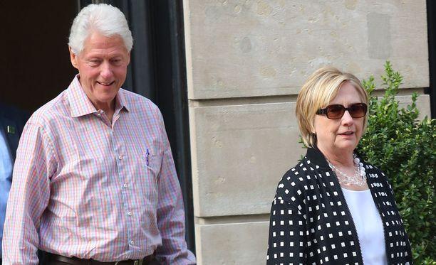 Bill ja Hillary Clinton kuvattiin elokuussa New Yorkissa heidän poistuessaan tyttärensä Chelsea Clintonin asunnosta.