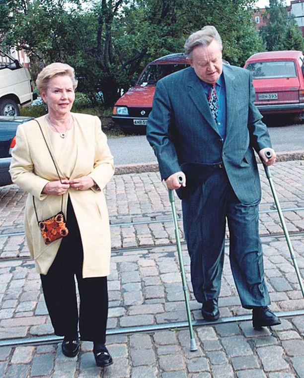 Martti Ahtisaaren kävelyä haittasivat presidenttikaudella polvivaivat. Elokuussa 2000 hän tukeutui kyynärsauvoihin.