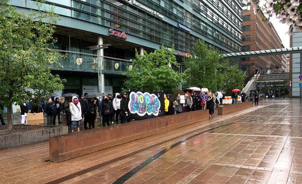 Maahanmuuttoa vastustavaa mielenosoitusta saapui seuraamaan myös vastamielenosoittajien joukko. Alun perin joukkoa kerättiin kokoon muun muassa anarkistien Takku.net-nettisivulla.