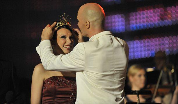 Mervi Koponen sai kruunun viime vuoden voittajalta Marko Maunukselalta.