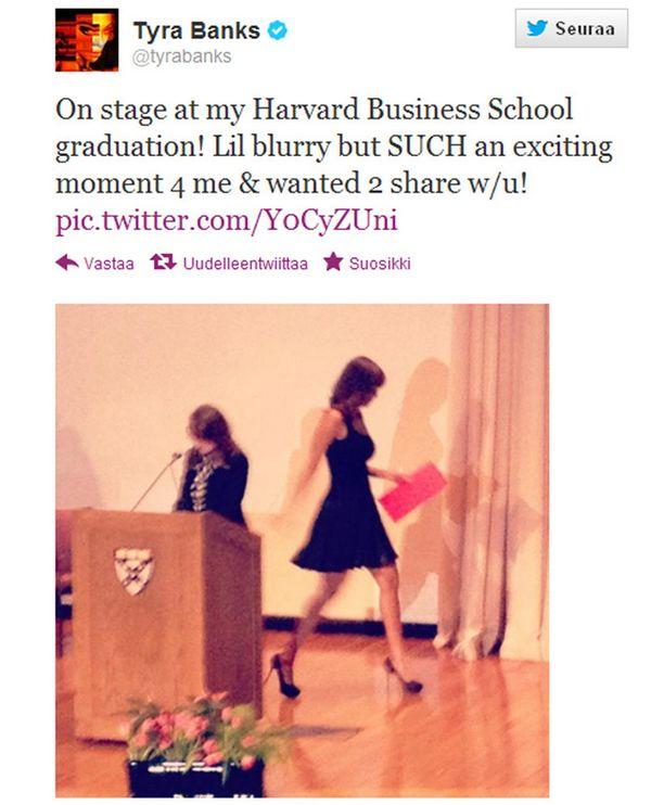 Tyra Banks jakoi Twitterissä seuraajilleen kuvia valmistujaisistaan.