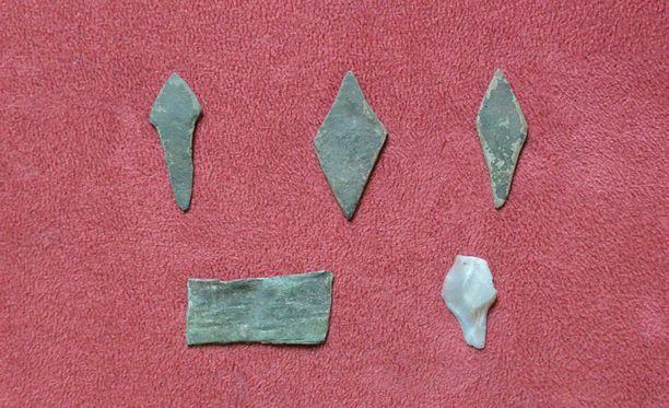 Pronssisia esineitä löytyi neljä, piiesineitä yksi.