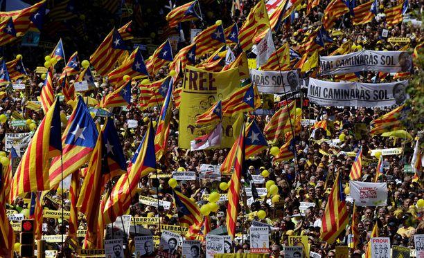 Tuhansien ihmisten virta liikkui Barcelonan kaduilla sunnuntaina. Mielenosoittajat vaativat separatistijohtajien vapauttamista.