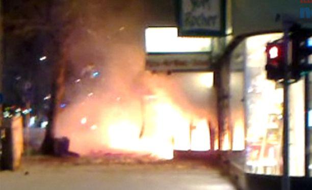 Palo alkoi voimakkaalla räjähdyksellä.