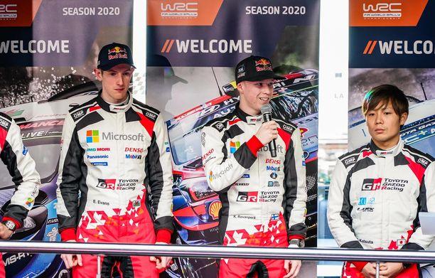 Kalle Rovanperä (keskellä) soimasi itseään Monte Carlon lauantain ajosuorituksesta. Kuvassa vasemmalla Elfyn Evans ja oikealla Takamoto Katsuta.