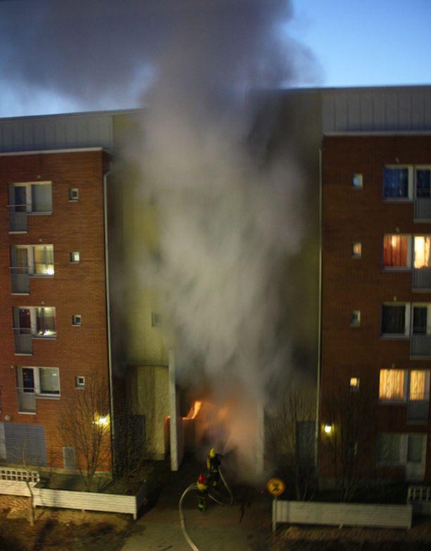 Kerrostalon porttikonki syttyi ilmiliekkeihin Oulun Toppilassa. Paikalle saapunut palokunta sai palon ripeästi taltutettua.