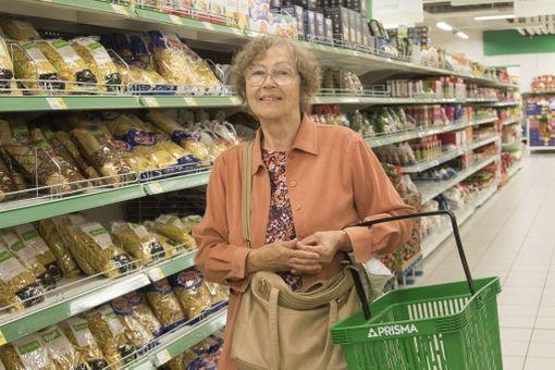 Eläkkeellä oleva opettaja Tiiu Tingas valittelee, että varsinkin maitotuotteet ovat Virossa kallistuneet liian nopeasti.