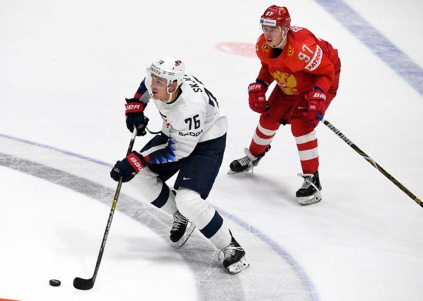 Nikita Gusev (oik.) keräsi tehot 1+2 ja oli kaukalon kunkku. USA Brady Skjeikin teki maalin puolivälierässä.