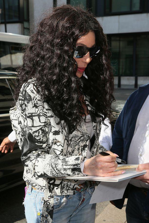 Cher jakoi nimikirjoituksia saapuessaan promoamaan Mamma Mia -elokuvaa Lontooseen.