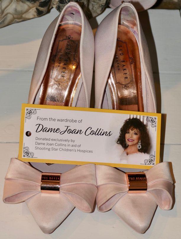Collins pitää kauniista asioista. Tässä hänen kenkänsä.