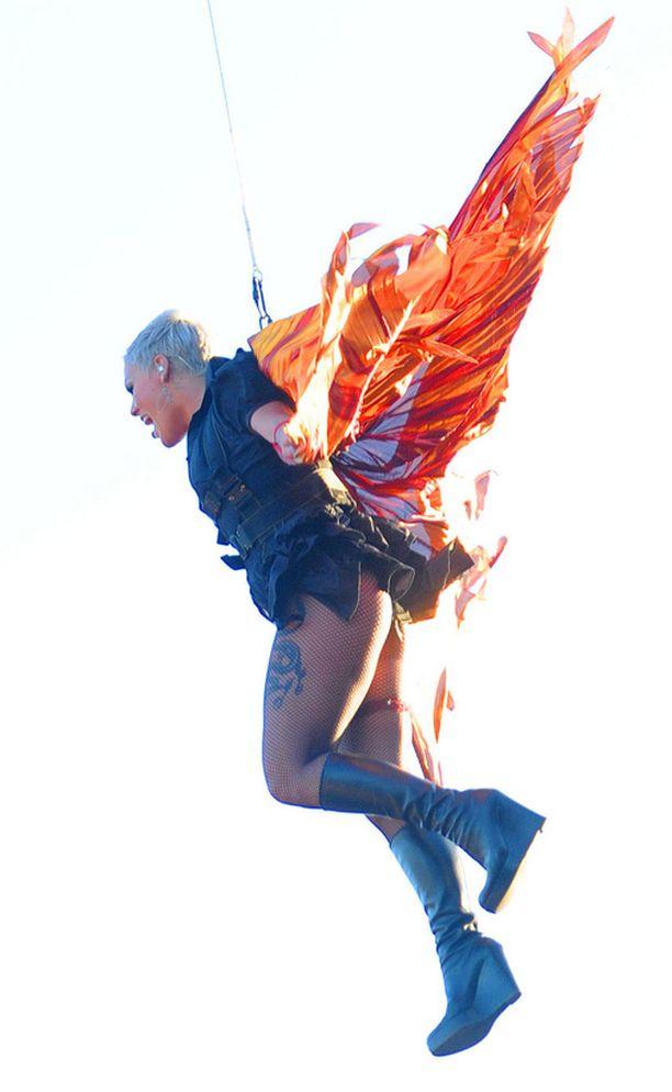 Pink saapui lavalle tapansa mukaan erikoisella tavalla.