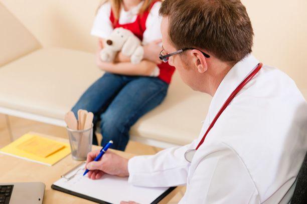 6-vuotias tyttö joutui isän mukaan odottamaan lauantaina tunteja päästäkseen lääkärin vastaanotolle Kuopion yliopistollisessa sairaalassa. Kuvituskuva.