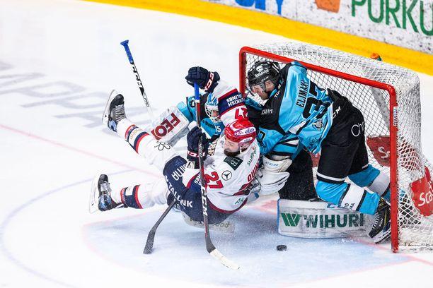 Tällaista on maalinteko playoffeissa. Kyle Quincey survoi perjantaina HIFK:n ainokaisen selkä maaliin päin. Osuma hyväksyttiin vasta valmentajan haaston jälkeen.
