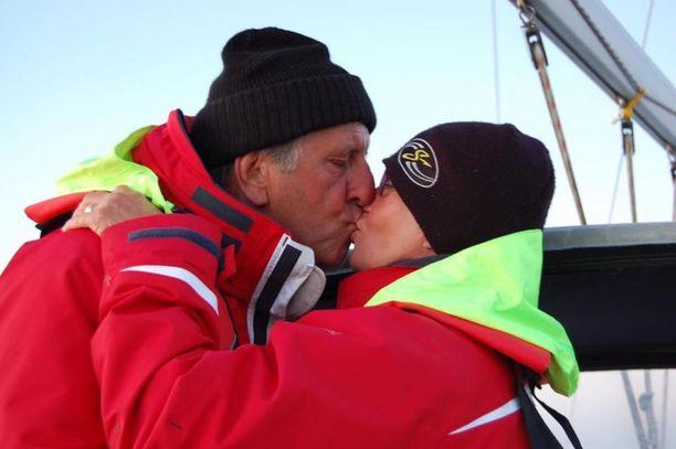 """""""Kolme viikkoa Muiderzand satamasta Helsinkiin kahdestaan purjeveneellä. On meri nähty myllertävänä, tyynenä, ukkosmyrskynä. Tästä kun selvittiin niin selvitään mistä vain."""""""