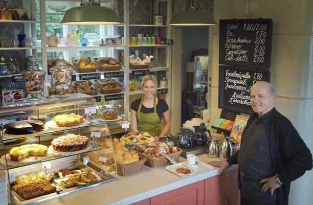 - Tänne on mukava poiketa kahville ja korvapuustille, sanoo Olavi Okkonen Miia Tarkkoselle.