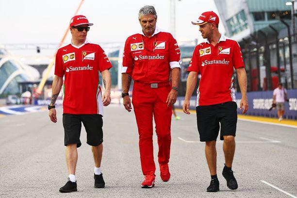 Maurizio Arrivabene (keskellä) joutuu käsittelemään Kimi Räikköstä ja Sebastian Vetteliä eri tyylillä.