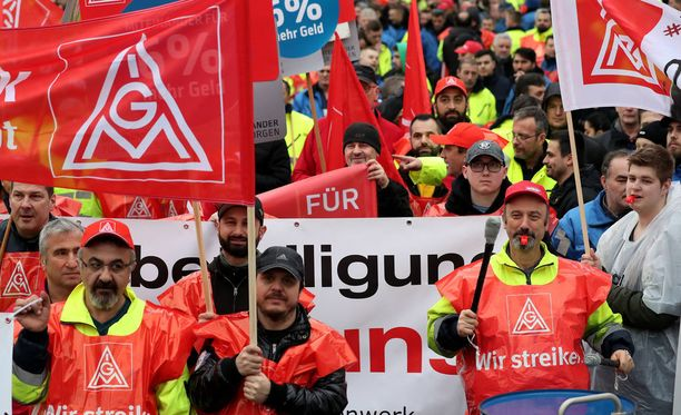 Metallityöntekijät osoittivat mieltään palkankorotusten ja lyhyemmän työviikon puolesta Saksan Kölnissä viime viikolla.