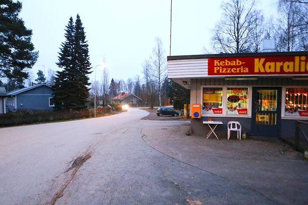 Taksi jätti Mallatin ja kyydissä olleen toisen miehen silloiselle Pyryn kioskille.