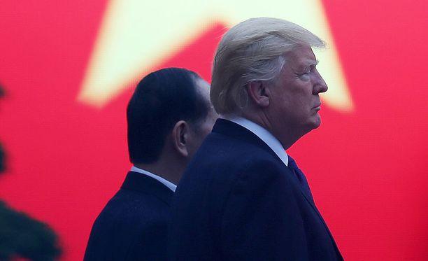 Donald Trump ja hänen vietnamilainen virkaveljensä Tran Dai Quang kuvattuna Hanoissa.