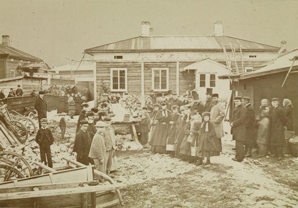 Nälkävuoden 1868 pitkänäperjantaina sadalle köyhälle tarjottu päivällinen Tampereella.
