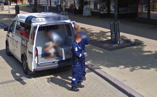Googlen kamera-auton kuvaan joutui muun muassa poliisin kiinniottama mies.