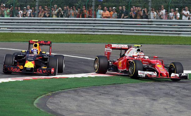 Kimi Räikkönen ajautui ulos radalta, yritettyään ohittaa Max Verstappenia.
