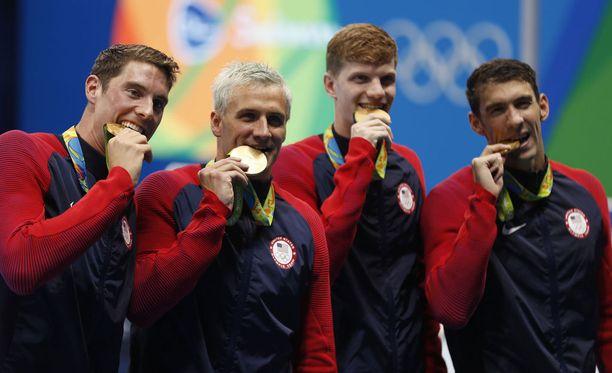 Yhdysvaltojen uimarit haukkasivat mitalejaan voiton ratkettua.