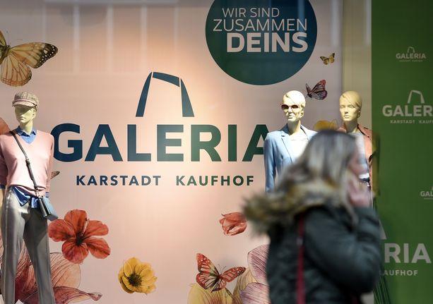 Auto syöksyi Kaufhofin tavarataloon Hampurissa. Kaufhofilla on useita tavarataloja eri puolilla Saksaa. Kuvassa tavaratalon uusi brändinimi Galeria.