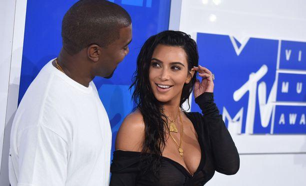 Kim Kardashian saapui MTV-gaalaan muusikkomiehensä Kanye Westin kanssa.