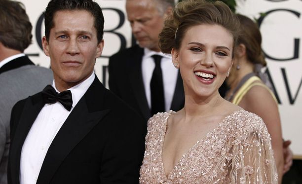 Nauravainen Scarlett Johansson ei esitellyt seuralaistaan.