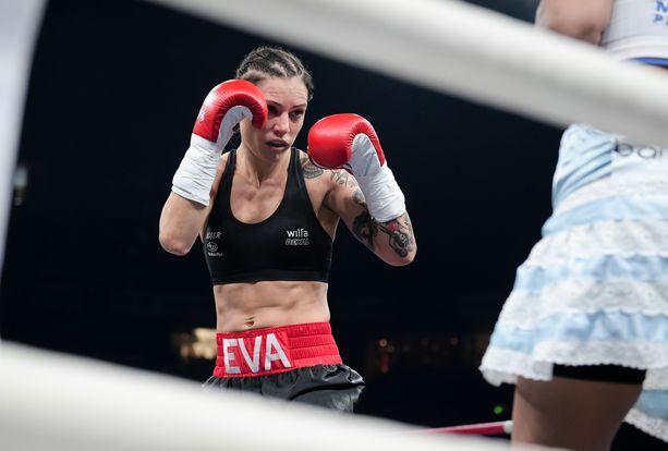 Eva Wahlström kertoo saaneensa kritiikkiä ulkomuodostaan läpi uransa. Kuva vuodelta 2016.
